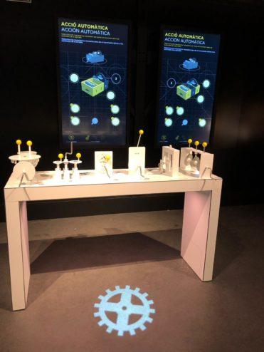 Acció automàtica és un joc on els visitants fessin el viatge des de l'experimentació analògica als reptes digitals. En aquest cas utilitzen engranatges que després han d'imaginar com fan accionar un autòmat digital.