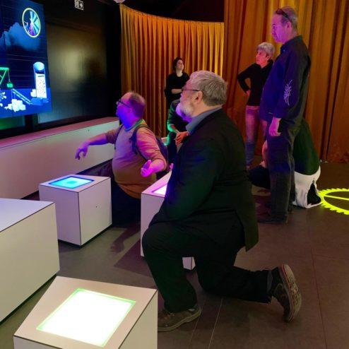 Un dels temes que sempre m'ha fascinat, és la creació de màquines de causa-efecte. Aquest cop la màquina és digital, i s'han d'usar els seients com a polsadors.