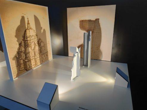 Un joc per experimentar amb les obres, analitzant l'impacte de la distància i la mida de l'objecte per tal de crear una imatge.